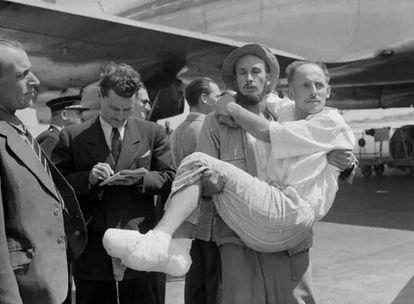 Lionel Terray lleva en brazos a Louis Lachenal, con los pies congelados, a su vuelta del Annapurna en 1950.