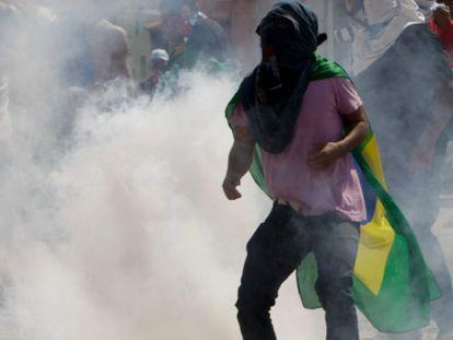 Manifestante afuera del estadio Castelao Arena