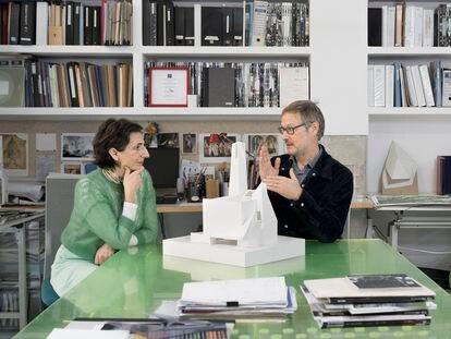 Belén Moneo y Jeff Brock en su estudio en Madrid. Encima de la mesa, la maqueta de la parroquia del Señor de la Misericordia de Monterrey, una de sus creaciones.