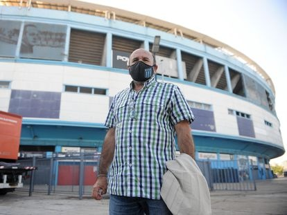 Carlos Krug, hermano del desaparecido Alberto Krug, este martes frente a la cancha de Racing Club en Avellaneda.