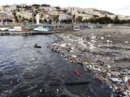 Las costas del viejo continente ocultan escenas grotescas, como esta de la bahía de Nápoles, en Italia, repleta de residuos plásticos.