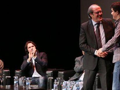 Desde la izquierda, la comisaria Oliva M. Rubio, el actor Carlos Castel, Ángel Gabilondo, el alumno Carlos Albadalejo y la historiadora Semiramis González