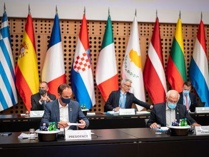 El ministro de Exteriores de Eslovenia, Anze Logar (izquierda) y el alto representante para Asuntos Exteriores de la UE, Josep Borrell, en primer plano, durante la reunión informal de ministros de Exteriores de la UE, ayer, en Kranj (Eslovenia).