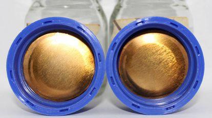 Película de bioplástico hecho con piel de tomate aplicada a la tapa de un envase.