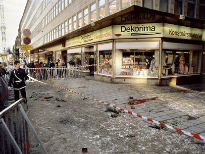 Esquina donde el primer ministro Olof Palme fue asesinado en Estocolmo, en una imagen del día siguiente al crimen.