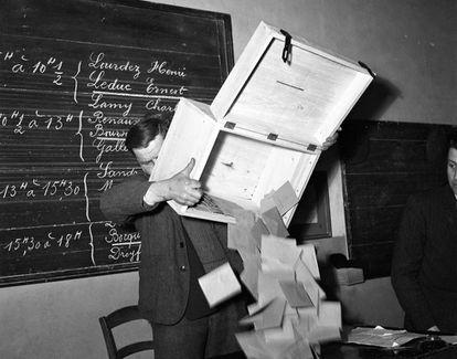 Recuento de votos tras unas elecciones en Francia en 1956.