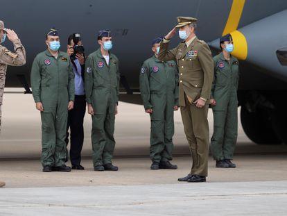 El rey Felipe VI saluda a los soldados recién llegados de Afganistán, en presencia del presidente del Gobierno, Pedro Sánchez (a la derecha), este jueves en la base aérea de Torrejón.