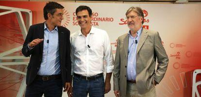 Eduardo Madina, Pedro Sánchez y José Antonio Pérez Tapias, antes del debate del lunes.