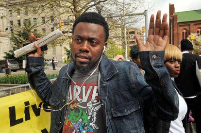 William Stewart, un amigo del fallecido, protesta frente al Ayuntamiento de Baltimore el lunes.