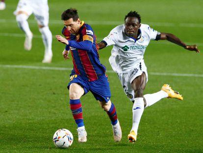 Messi se escapa del marcaje de Djene