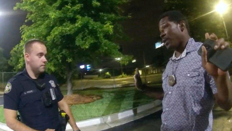Rayshard Brooks (a la derecha) conversa con el oficial Garrett Rolfe en el aparcamiento del restaurante, el 12 de junio.
