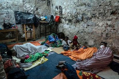 Un grupo de migrantes se encuentra en un inmueble del centro histórico de la Ciudad de México  para tomar un descanso.