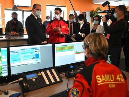 El primer ministro francés, Jean Castex, charla con el personal del servivio de urgencias de un hospital de Saint-Etienne.