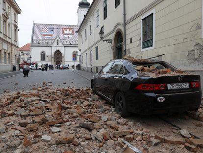 Un coche con ladrillos del derrumbe tras los seísmos, este domingo, en Zagreb.