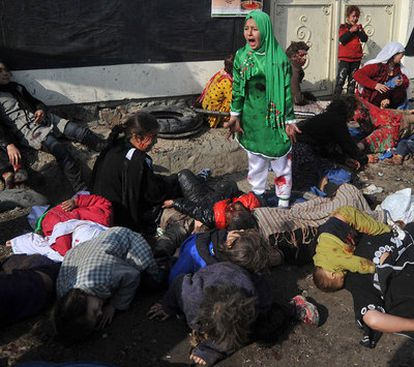 Una niña afgana llora entre los muertos y heridos por el atentado de ayer en el centro de Kabul.