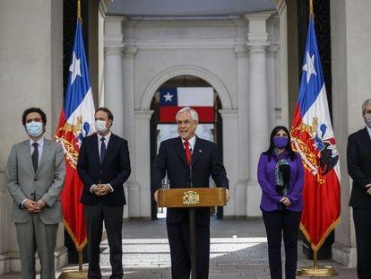 El presidente de Chile, Sebastián Piñera, habla durante una rueda de prensa acompañado por sus ministros, el 25 de mayo.