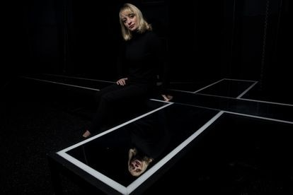 La dramaturga Lola Blasco autora de la obra 'Marie' posa en el escenario del Teatro La Abadía.