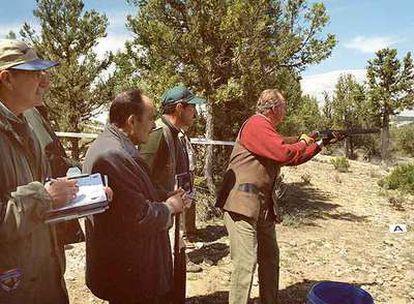 El rey Juan Carlos practica el tiro deportivo en la Escuela de Caza de Castillejo de Robledo (Soria) en mayo de 2001.