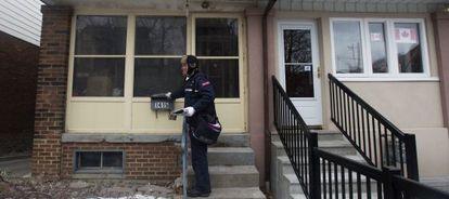 Un cartero entrega correspondencia a domicilio en Toronto.