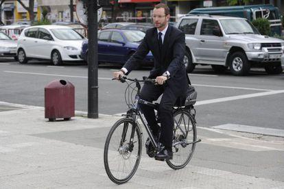 Javier Maroto, en bicicleta por las calles de Vitoria.