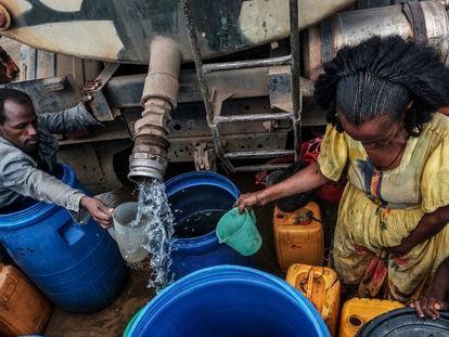 La gente recolecta agua distribuida por las Fuerzas de Defensa de Etiopía (EDF) en la aldea de Hadaelga, cerca de Chercher, en Etiopía, el pasado 8 de diciembre de 2020.