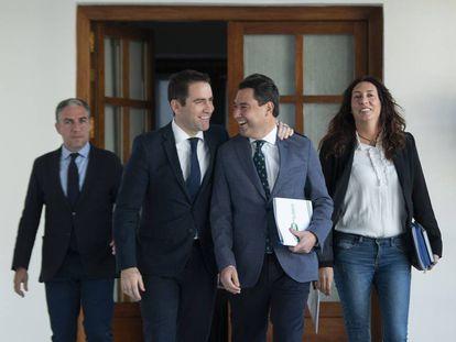 Juan Manuel Moreno (con una carpeta en la mano), Teodoro Garcia Egea, a la derecha del líder popular, y representantes del PP andaluz.