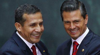 Los presidentes de Perú y México en una ceremonia en el DF.