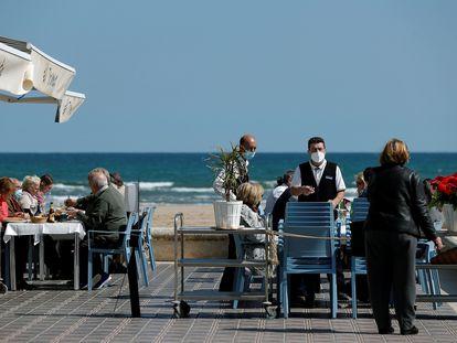 Uno de los restaurantes de la playa de la Malvarrosa de Valencia, este lunes.
