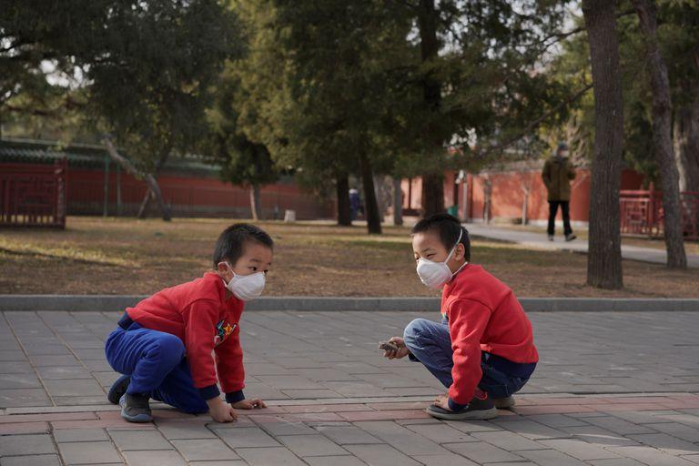 Unos niños juegan en un parque de Pekín. REUTERS/Stringer