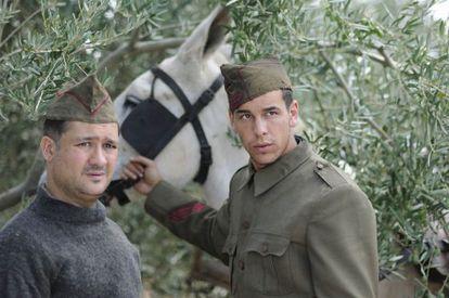 Secun de la Rosa (izquierda) y Mario Casas, en un fotograma de 'La mula'.