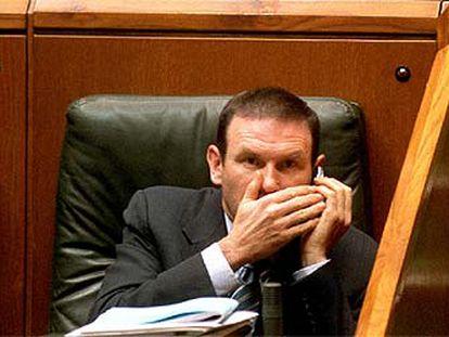 El <i>lehendakari,</i> Juan José Ibarretxe, durante el pleno celebrado ayer en el Parlamento vasco.