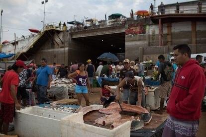 Personas con y sin mascarilla protectora, en una popular feria de venta de pescado en el puerto de Manaos.