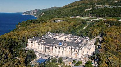 Imagen aérea de la mansión en el mar Negro que Alexéi Navalni atribuye a Vladímir Putin.