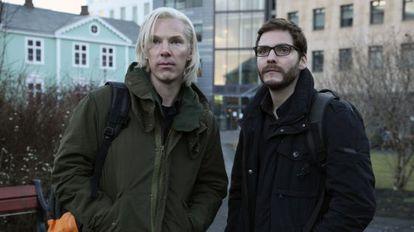 Benedict Cumberbatch, en el papel de Julian Assange junto al actor Daniel Bruhl.