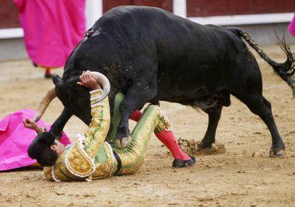 El diestro Miguel Ángel Perera ante su primero durante el séptimo festejo de la Feria de San Isidro.