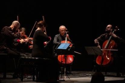 El Cuarteto Cosmos y Lluís Claret durante su interpretación del Quinteto de cuerda de Franz Schubert, la última obra del concierto.