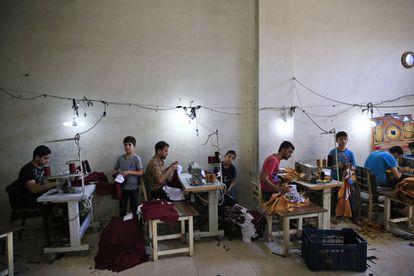 Refugiados sirios, incluidos niños, trabajan en un taller textil de la localidad de Gaziantep, en el sureste de Turquía.