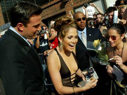 Jennifer Lopez y Ben Affleck firmando autógrafos en la presentación de su película 'Gigli', en el Mann National Theatre de California (2003).