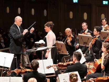 Paavo Järvi, la contralto Wiebke Lehmkuhl y la Orquesta de la Tonhalle de Zúrich en el concierto de reapertura de la histórica sala de conciertos suiza el pasado miércoles.