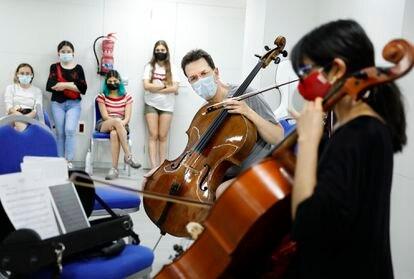 El violonchelista principal de la Orquesta Filarmónica de Viena, Tamás Varga, imparte una clase magistral en el hotel de Tenerife, antes de un concierto.