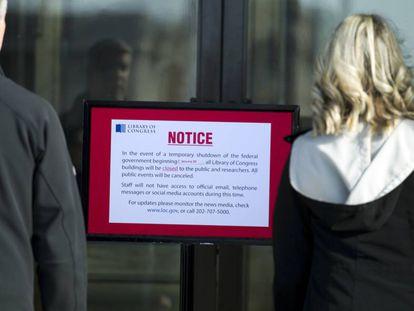 Un mensaje anuncia el cierre, este sábado, de la Biblioteca del Congreso, en Washington