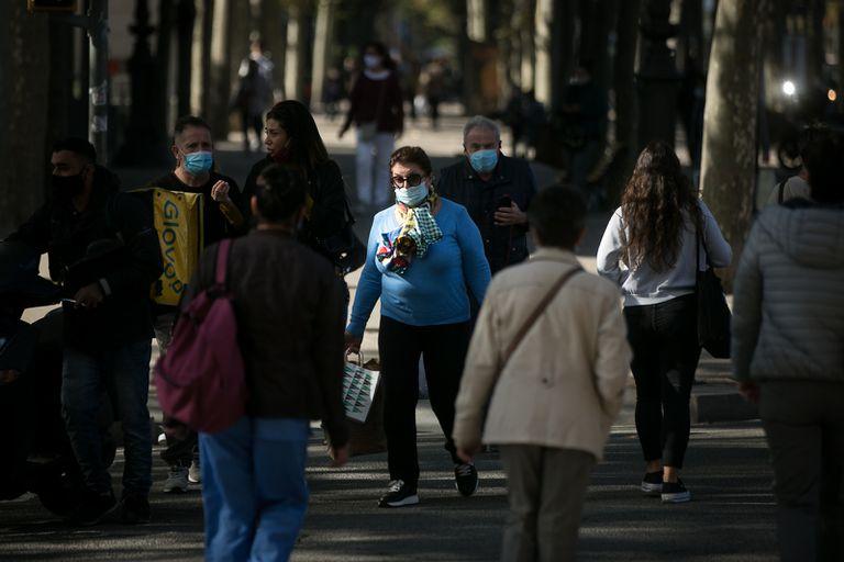 Ciudadanos, confundidos, pasean con mascarillas por la Diagonal de Barcelona.