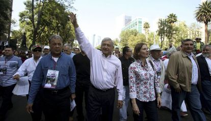 López Obrador, llegando al mitin en la Ciudad de México.