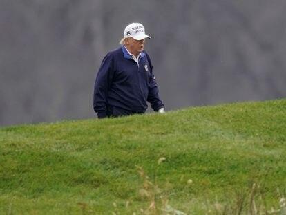 Donald Trump juega al golf este domingo en su campo privado de Virginia.