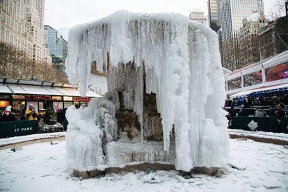 Una fuente helada en Bryant Park en Nueva York