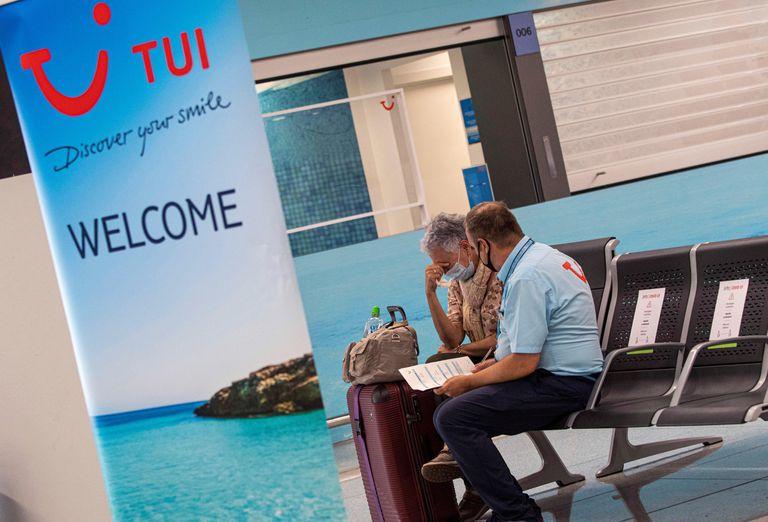 Un operario de TUI en el aeropuerto de Palma de Mallorca.