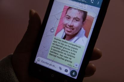 Jovita Núñez muestra el mensaje que envió al grupo de WhatsApp donde anuncia la liberación de su hijo.