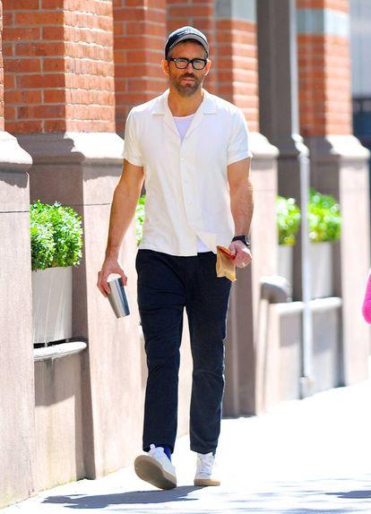 El actor cuida su estilo más allá de la alfombra roja. Una prueba de ello es esta imagen de Reynolds paseando por la calles de Nueva York con unos pantalones chinos entallados, una camisa lisa y una gorra.
