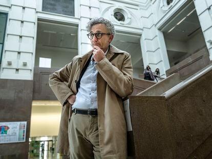 Rafael Tabarés, comisionado valenciano de Salud Mental, en el vestíbulo de la Facultad de Medicina de Valencia, el pasado 14 de abril.