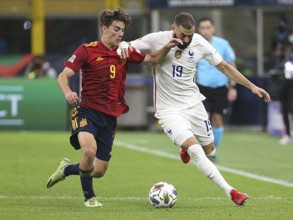 Gavi y Benzema se disputan el balón en la final de la Liga de Naciones.